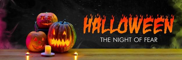 Straszne dynie na czarnym tle, noc strachu. płomienie ognia i świece. halloween, czarny piątek, cyber poniedziałek, sprzedaż, koncepcja jesień. ulotka reklamowa.