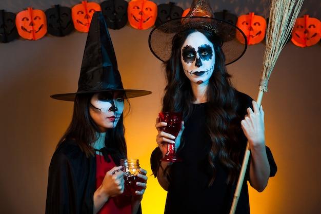 Straszne kobiety przebrane za czarownice