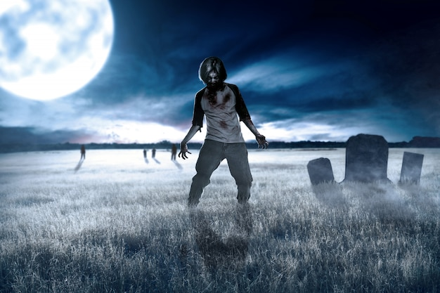 Straszne zombie z krwią i raną na ciele chodzą po trawie