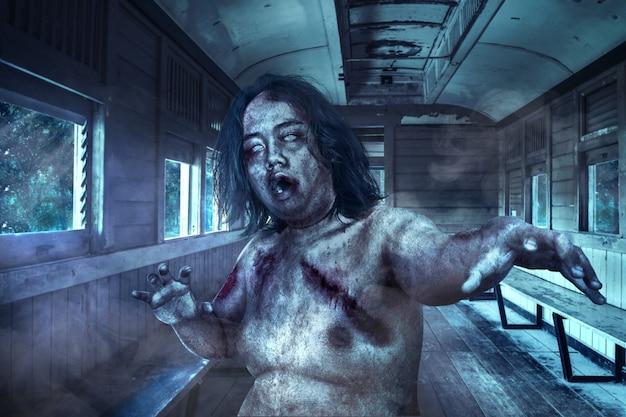 Straszne zombie z krwią i raną na ciele chodzące po starym wozie
