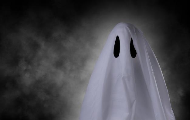 Straszny biały duch na wielkie oko na koncepcję halloween