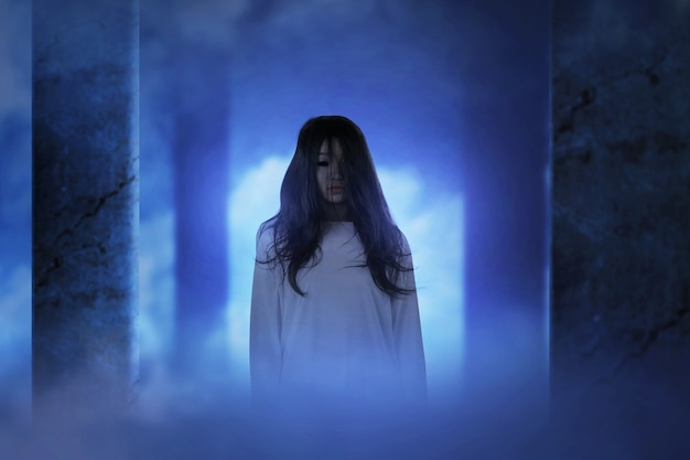 Straszny duch kobiety stojącej w opuszczonym budynku. koncepcja halloween