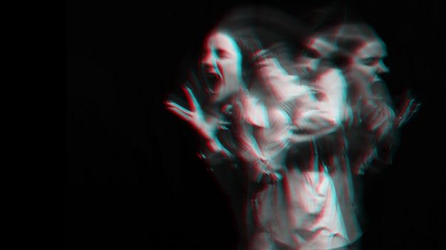 Straszny portret dziewczyny-ducha w białej koszuli z rozmyciem na ciemnym tle. czarno-biały z efektem glitch w wirtualnej rzeczywistości 3d