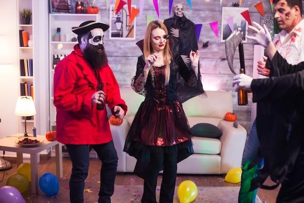 Straszny wampir kobieta na obchodach halloween. przerażający pirat.
