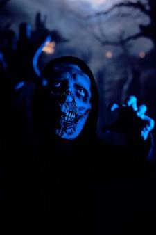 Straszny zombie idący w kierunku kamery