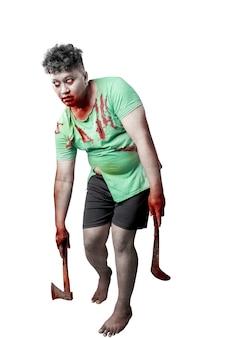 Straszny zombie z krwią i raną na ciele trzymający siekierę i sierp stojący na białym tle na białym tle