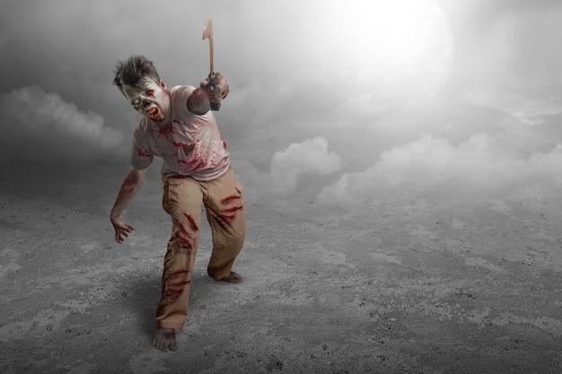 Straszny zombie z krwią i raną na ciele trzymający sierp stojący na tle nocnej sceny