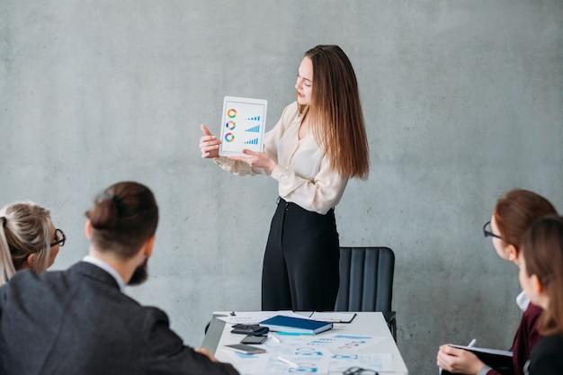 Strategia marketingowa. wzrost przychodów firmy. analityk firmowy wskazujący na statystyki finansowe.