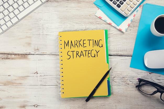 Strategia marketingowa z klawiaturą na stole roboczym