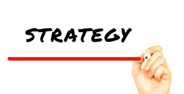 Strategia pismo ręczne z czerwonym markerem. na białym tle na białej powierzchni
