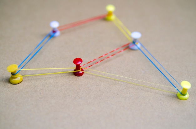 Strategia rozwiązania tematy łączności. miejsca połączone z kolorowymi liniami i szpilkami z bliska