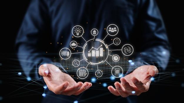 Strategia rozwoju i zarządzanie biznesem. biznesmen posiadający struktury sieci i ikony biznesu.