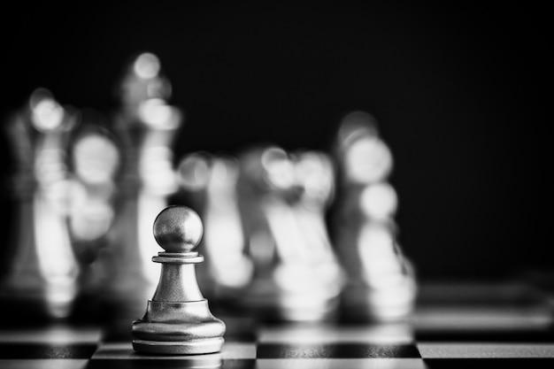 Strategiczna gra walki w szachy. lider biznesu w szachy i pomysł na sukces.