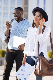 Strategiczna utalentowana promienna dama dzwoniąca do potencjalnego sponsora, gdy jest w drodze na spotkanie z nim i omówienie projektu