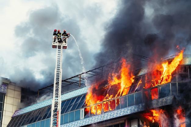 Strażacy gaszą duży pożar