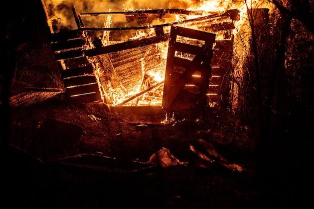 Strażacy i płonący dom. spal się płomieniami.