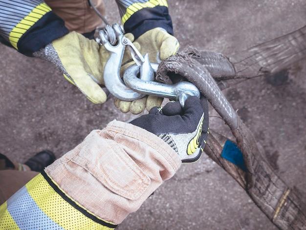 Strażacy rękoma zawieszają hak