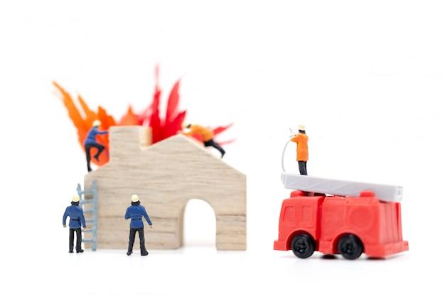 Strażacy z pistoletami wodnymi dbają o pożar
