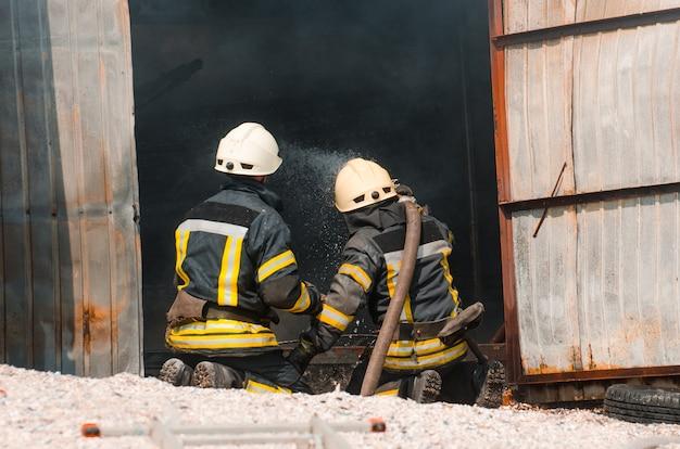Strażak gasi ogień