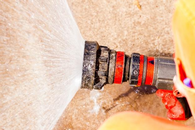 Strażak pokazano, jak korzystać z tryskaczy ognia. w ogniu treningowym