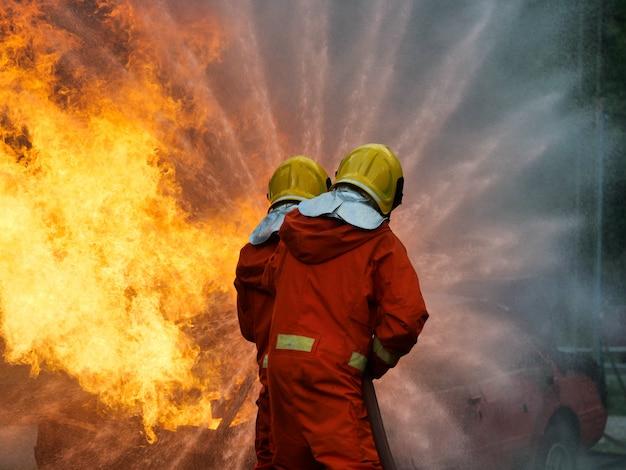 Strażak spryskać wodą ogień pożarniczy szkolenie samochodowe warsztat samochodowy