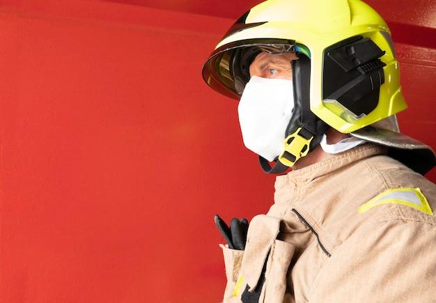 Strażak z hełmem i maską