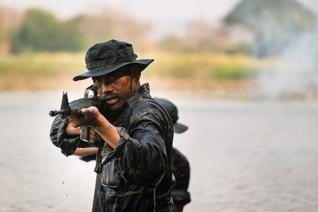 Strażnicy brodzą w wodzie, by strzelać i atakować.