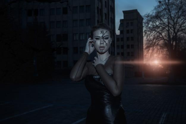 Strażnik czasu o zachodzie słońca w pobliżu zniszczonego budynku. dramatyczny obraz.