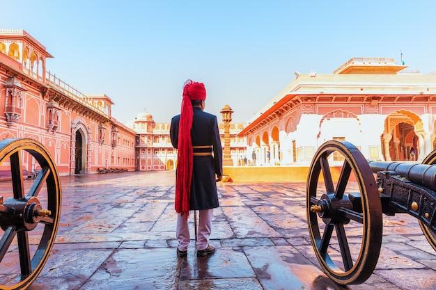 Strażnik pałacu miasta jaipur w swoim tradycyjnym mundurze, indie.