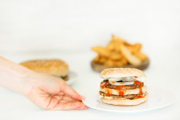 Street food burgery z kotletami wołowymi. dostawa jedzenia.