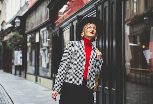 Street look girl in the city turysta z plecakiem zwiedza ulice lublany słowenia
