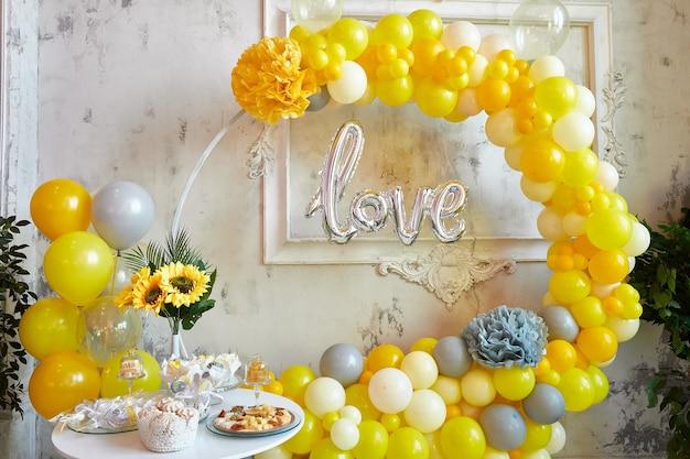 Strefa fotograficzna do sesji zdjęciowej żółte i szare balony
