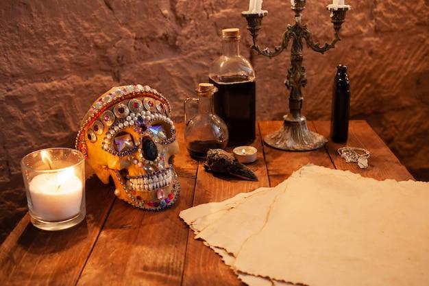 Strefa fotograficzna w studio na halloween. dramatyczna sceneria obchodów dnia wszystkich świętych. czaszka