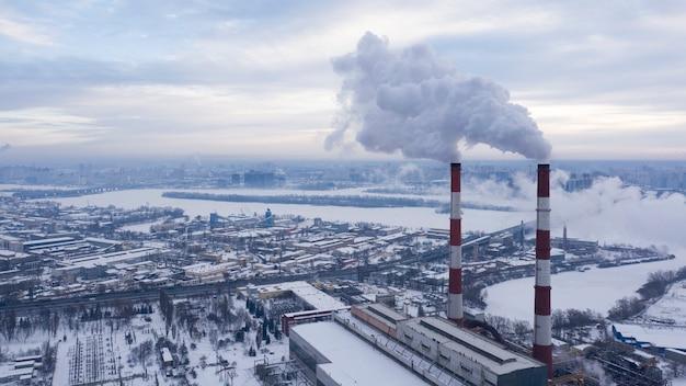 Strefa przemysłowa miasta z szkodliwymi emisjami do atmosfery