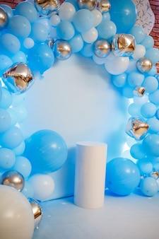 Strefa zdjęć z balonami. urodzinowy wystrój chłopca. świąteczna dekoracja. balony. tło strony dla dzieci. świąteczna strefa zdjęć w kolorze niebieskim.