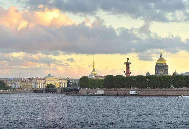 Strelka wasiliewska wyspa wieczorem kopuła katedry św. izaaka budynek admiralicji