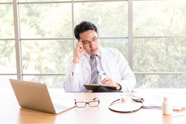 Stres Azjatycki Lekarz Mężczyzna Ma Bóle Głowy Premium Zdjęcia