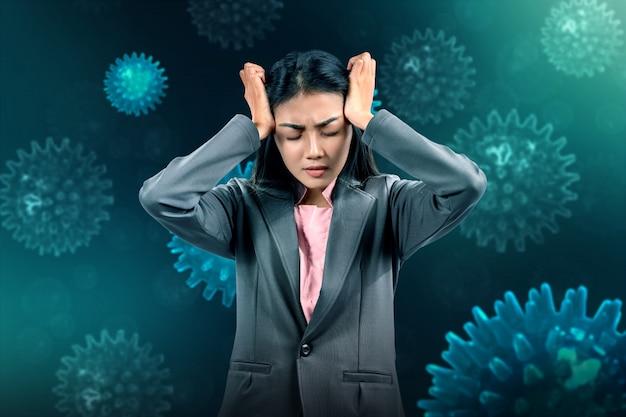 Stres azjatyckich bizneswoman przez rozprzestrzenianie się koronawirusa