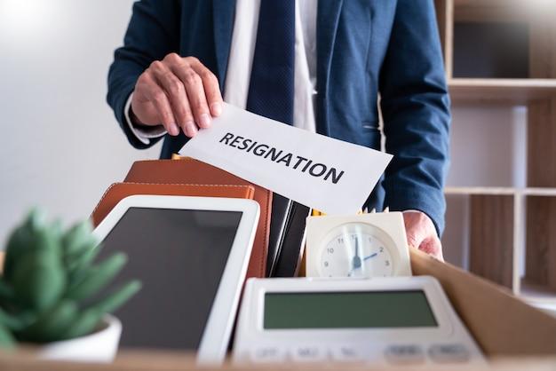 Stres biznesmen z listem rezygnacji