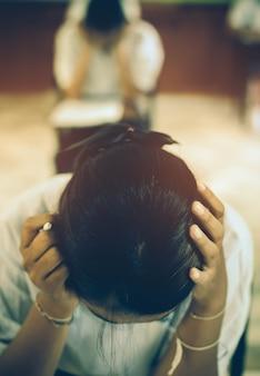 Stres egzaminacyjny z bólem głowy siedzącego studenta.