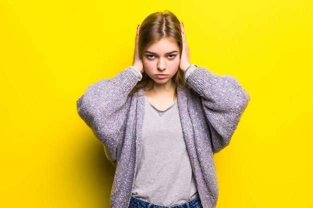 Stres emocjonalny. przygnębiona dziewczyna trzyma zamknięte oczy i zakrywa uszy rękami. nie słuchaj. nie chcę słyszeć, że cudowna dziewczyna jest odizolowana.