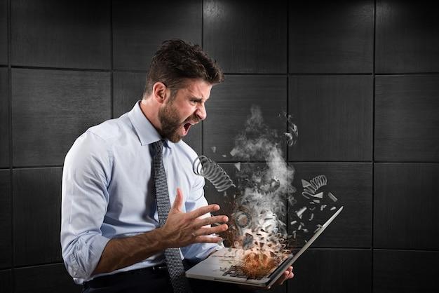Stres i frustracja biznesmena wywołane przez komputer