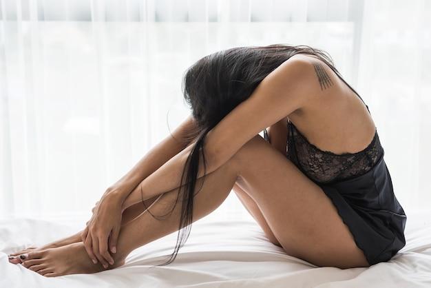 Stres rozważna seksowna azjatycka kobieta na łóżku