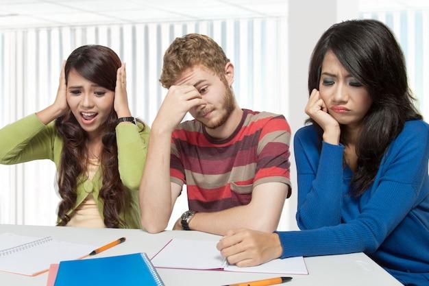 Stresuj młodych studentów