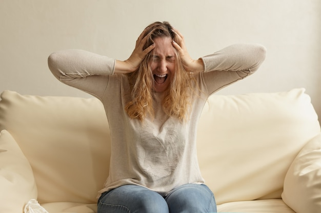 Stresująca, przygnębiona emocjonalna osoba z lękiem