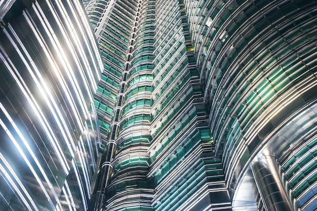 Streszczenie architektoniczny wieżowiec biznesowy kuala lumpur, malezja centrum miasta klcc petronas twin towers