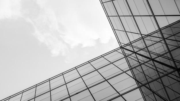Streszczenie architektury geometrii przy szklanym oknie.