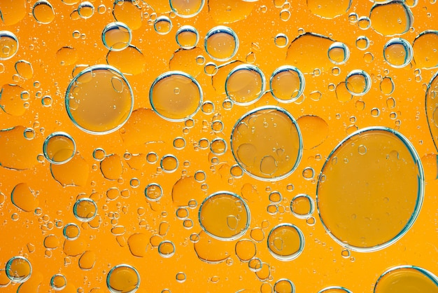 Streszczenie bąbelek kropla wody na żółtym tle