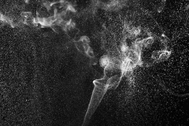 Streszczenie biały dym i spray wody na czarnym tle