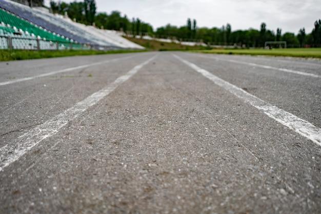 Streszczenie bieżnia asfalt na tle stadionu